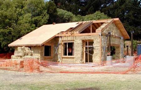 Slika-6.-Kuća-od-slame-u-izgradnji